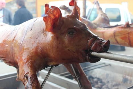 MIDDAGEN ER KLAR: Det tok ikkje mindre enn 12 timar, men då var grisen perfekt.