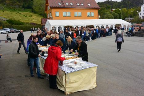 POPULÆR FEST: Matkøen blei lang når kring 500 bygdafolk og tilsette i Alsaker Fjordbruk skulle sikra seg matservering. Men den som venter på noko godt....