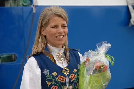 STOR STAS: Beate Kildal Rønning fekk æra av å døypa servicekatamaranen «Batur».